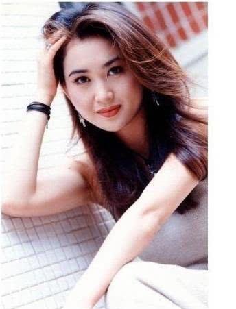 温碧霞30年不换发型,她撩起头发那一刻,我终于明白了为什么!图片