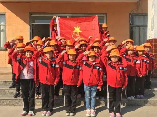 """纷纷组织""""我和我们的中国梦""""的主题演讲活动,孩子们热情高涨,畅想着"""