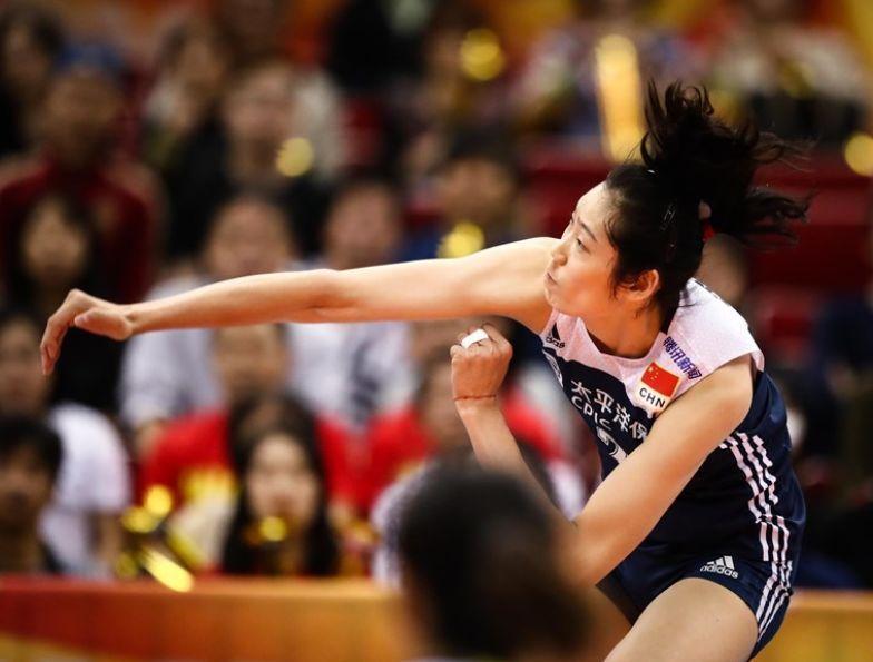 朱婷被压制后郎平求变,两人登场打懵美国,教练场边气得直跺脚