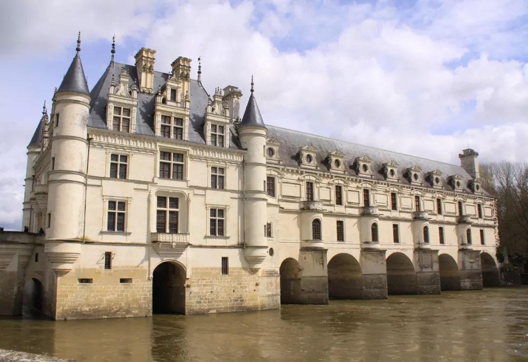 世界上唯一的城堡桥梁,500年前,曾是法国国王的皇宫!