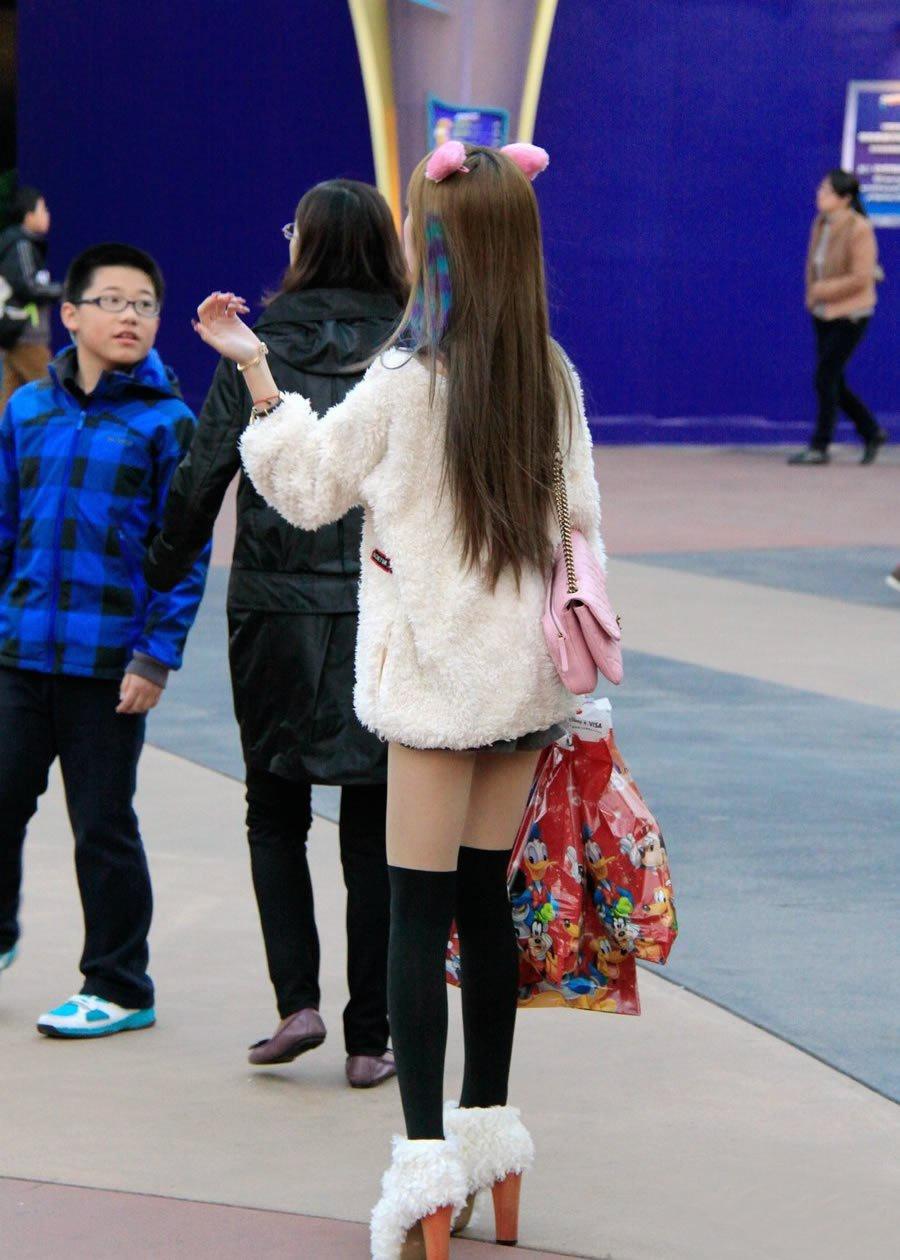 街拍:在打扮路上上班的皮草装情趣,遇到得真可美女裤头带绳图片