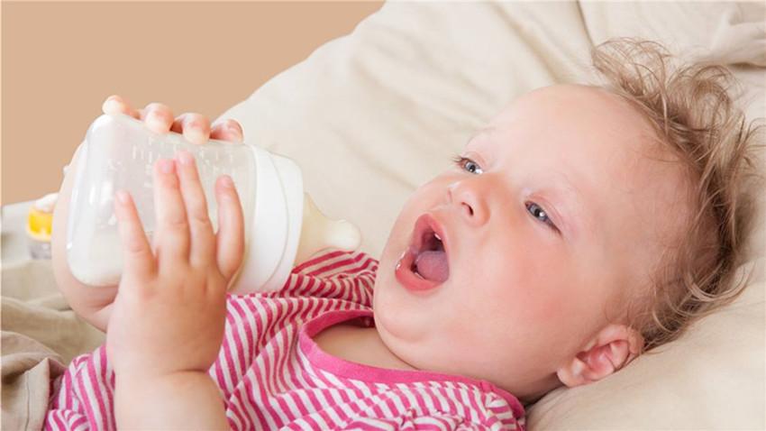 1岁以下宝宝喂食纯牛奶会有什么危害?