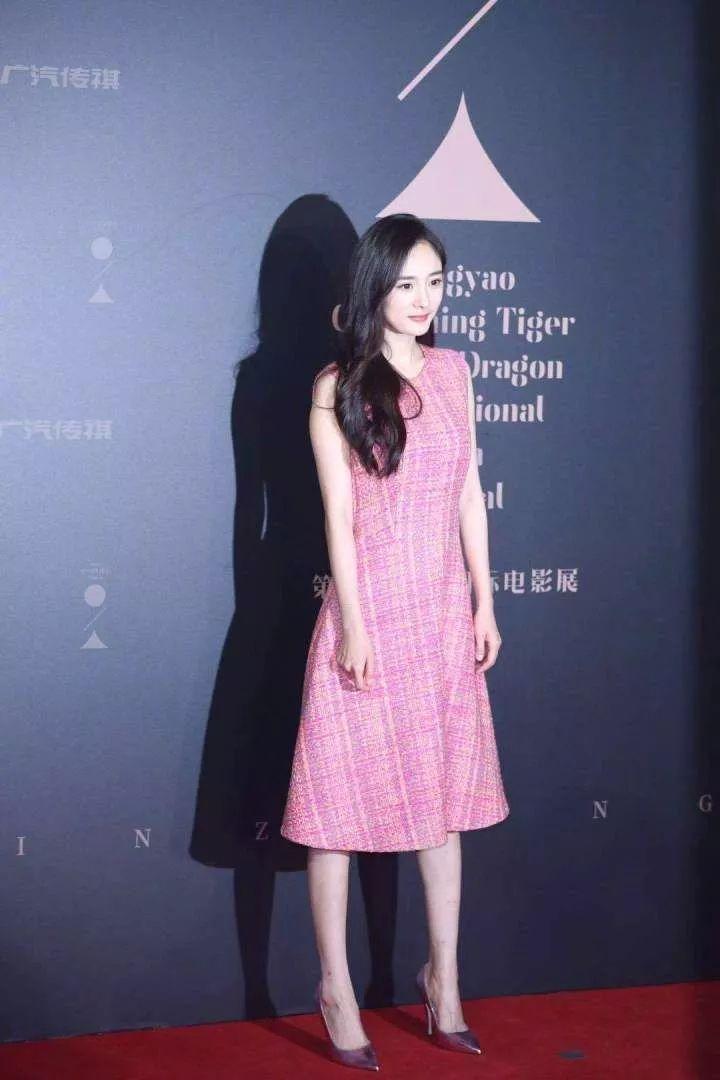 """""""机场女王""""杨幂的时尚品味直线下降了,穿了条上年纪的大妈裙!"""