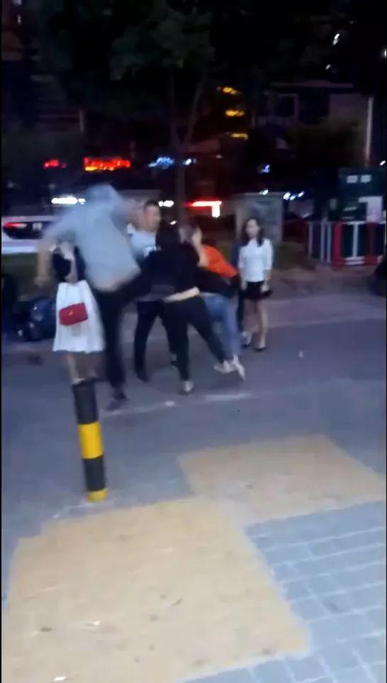 河源一酒店门口2段打女人视频被疯传