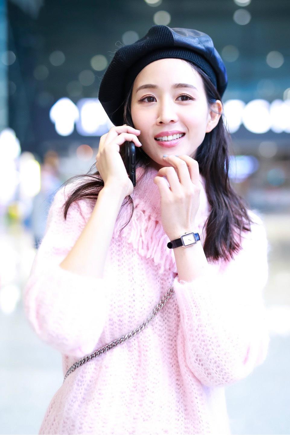 被张钧甯的简单私服惊艳到了!粉色毛衣配短裤,这么少女哪像36岁