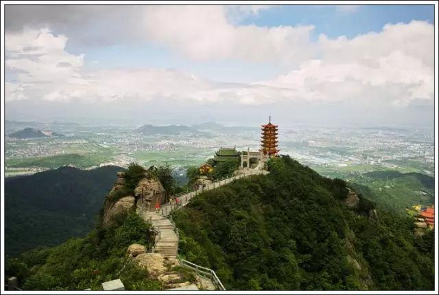 像香炉的一座山,峰顶不过三四米,悬崖环绕,好奇亭子咋建立的?