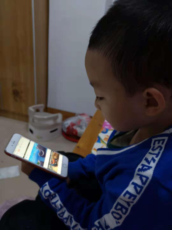 不让孩子玩手机!自问你自己能先放下手机吗?