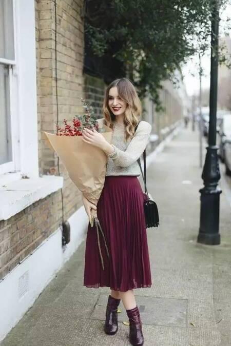 针织衫搭配蕾丝裙女人味儿十足,                     人魅力.