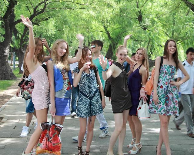 它是欧洲白人国家,人均工资不如菲律宾,很多贫穷的女孩来到中国