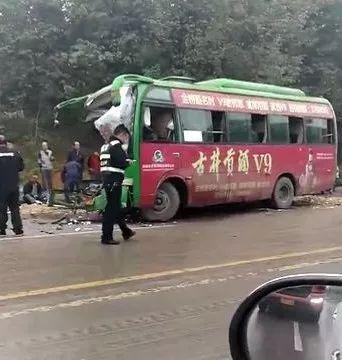 六安车祸_六安平桥工业园附近发生一起交通事故,一辆中巴车与大货车发生车祸