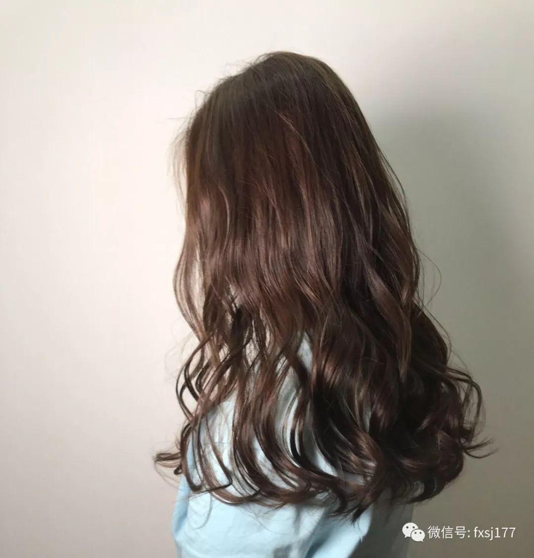 当然配上2018最美的精致烫发发型,那就不同了,整个人都会相当青春靓丽图片