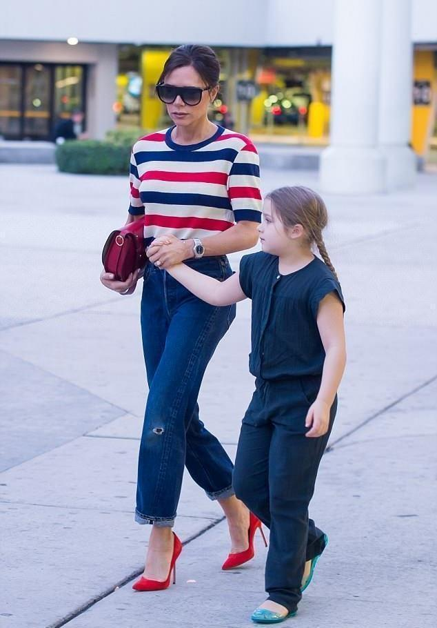 小七7岁就穿高跟鞋了!贝嫂维多利亚的时尚光环,传递给女儿小七