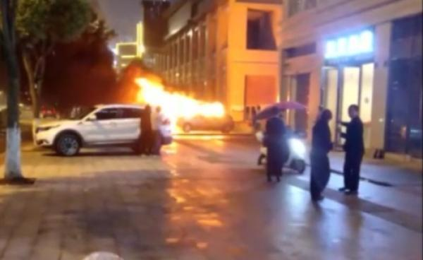 重庆夫妻吵架丈夫放火烧自家车被刑拘,警方:危害公共安全