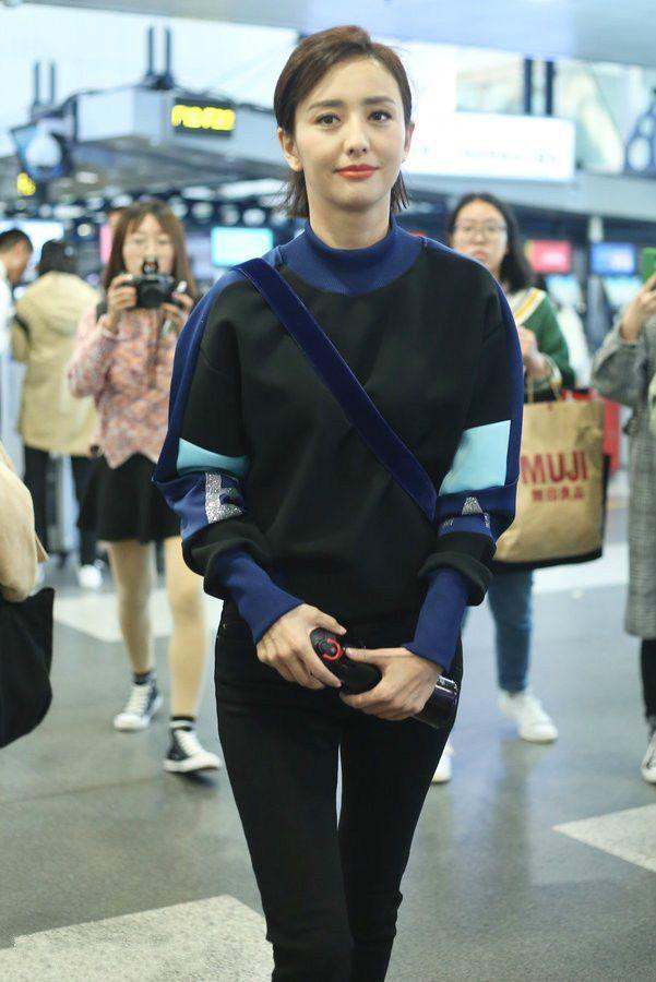 佟丽娅手拿养生杯现身机场,穿着朴素,无人能识