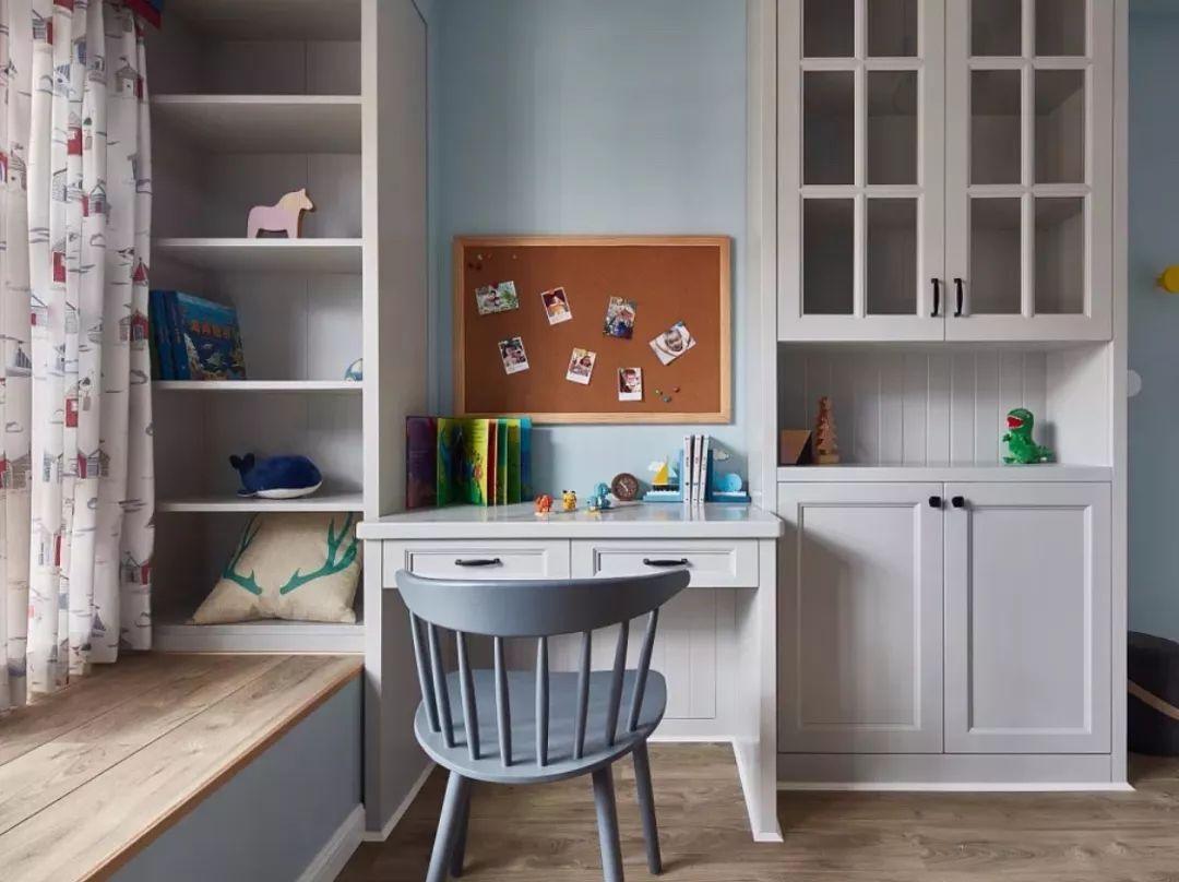 同时可以在书桌旁边安装小书柜或吊柜,用于存放工作资料,无论是存放