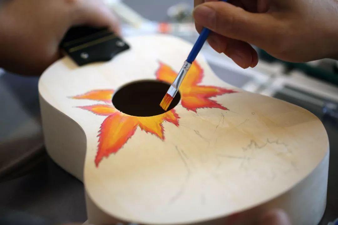 警法 正文  尤克里里木艺手作活动分享 10月2日,国庆假期的第二天,在