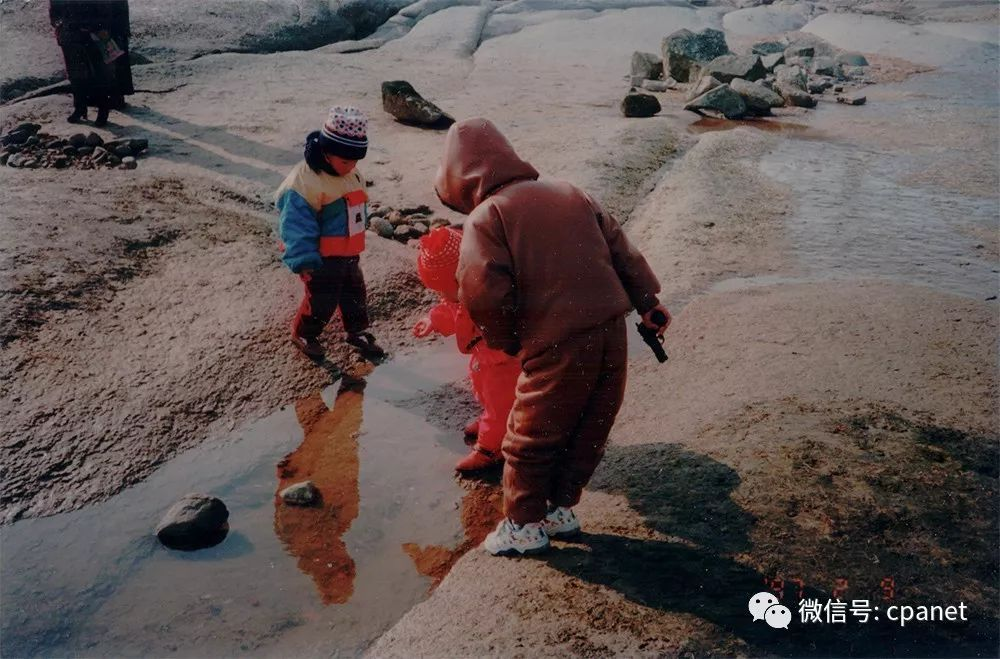 拿着枪站在礁石上的鲁博(lubo, standing on the rocks with   gun)