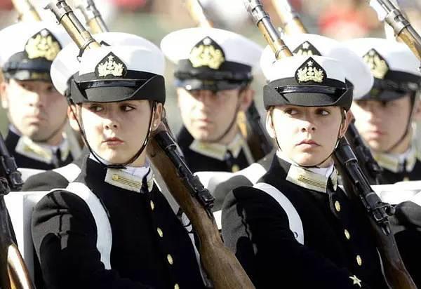 俄罗斯女警察一个比一个漂亮,月收入相当于人民币3000元