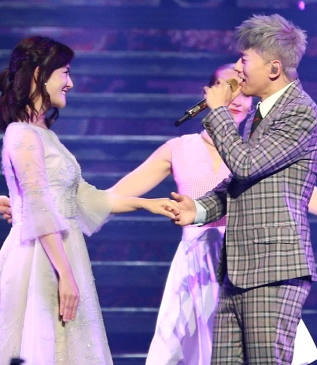 甜到齁!谢娜助阵张杰演唱会,恩爱有加,献吻拥抱!