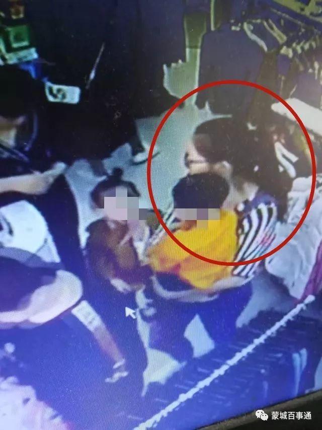 蒙城:拖家带口进服装店干这事,还带着两个孩子,监控曝光!(监控视频)
