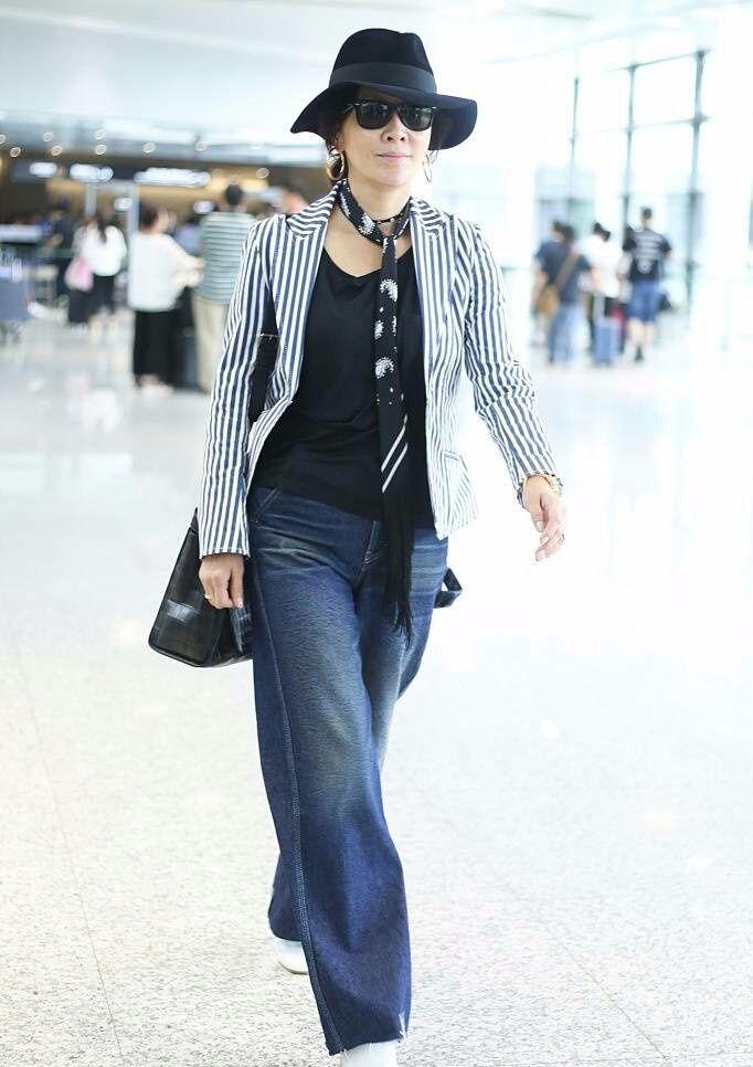 刘嘉玲果真是朝着大妈方向发展去了,穿的这么老气,口红也不抹了