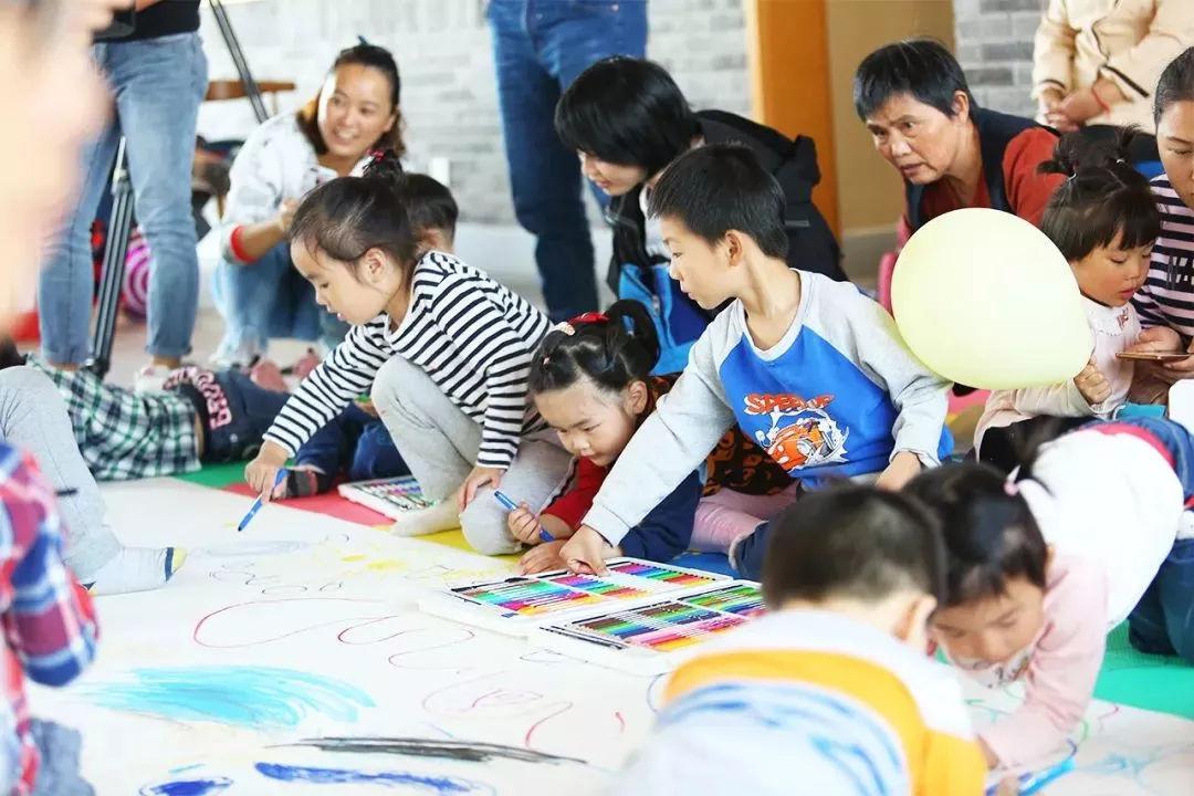 童绘大爱�O美好社区,情满三代,笔尖下流淌出幸福未来