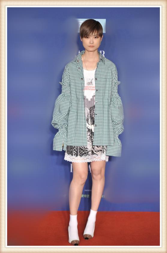李宇春好不容易穿一次短裙亮相,网友们看到她的腿,纷纷不淡定了