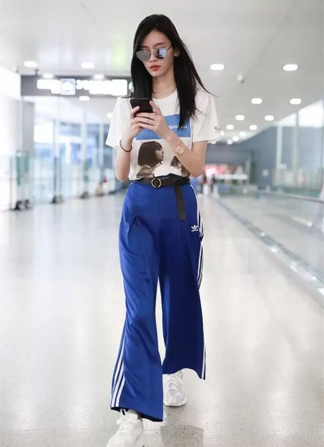 奚梦瑶穿运动裤都要系腰带,她这细腰,不系带怕是要垮下来吧?