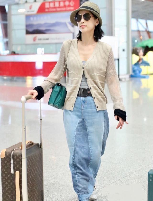 黄圣依身穿拖地长裙现身机场,瞬间显矮十厘米,想帮她剪掉一截!