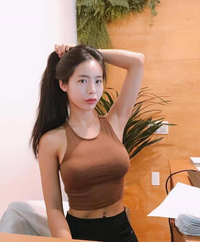 女孩纤瘦才最美?韩国模特坚持健身,身材纤细,却不失丰腴!