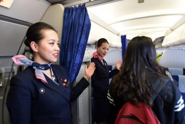 飞机起飞,大部分空姐就会把前面的帘子拉开,这是为什么呢?