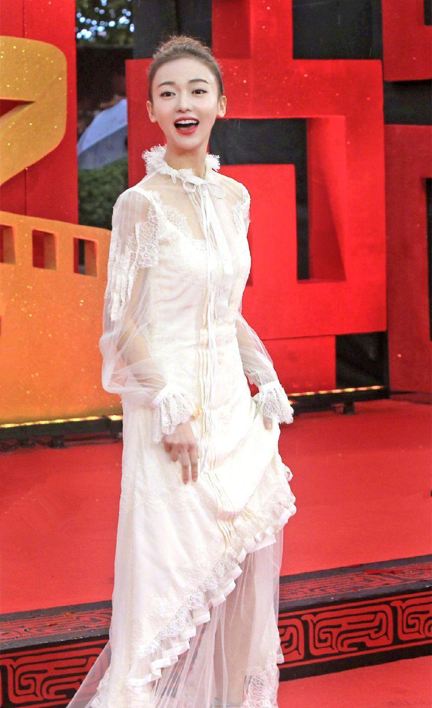 吴谨言穿一万多的白裙走红毯,却吃了身材的亏,太垮了,不好看!