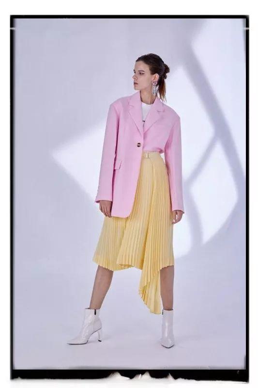 时尚攻略今年秋冬,你的衣橱里一定要有一套西服套装,真的太美了...