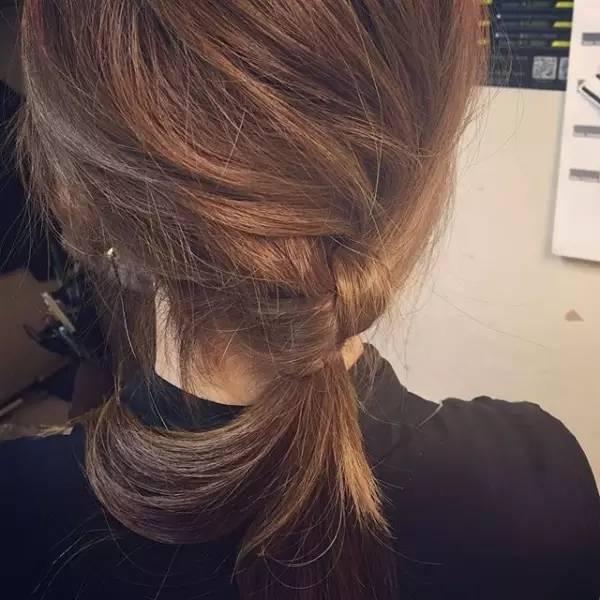 中长发非常合适辫子低马尾的造型,不仅简约大气,还有种可爱甜美的小