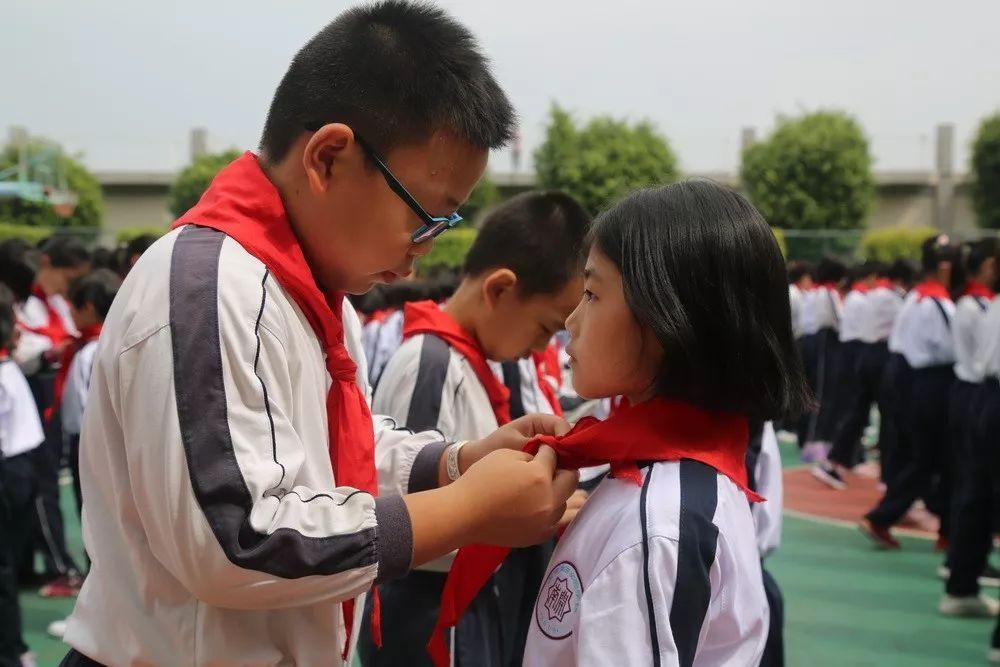 红领巾相约中国梦---南开学校小学部举行一年级新队员