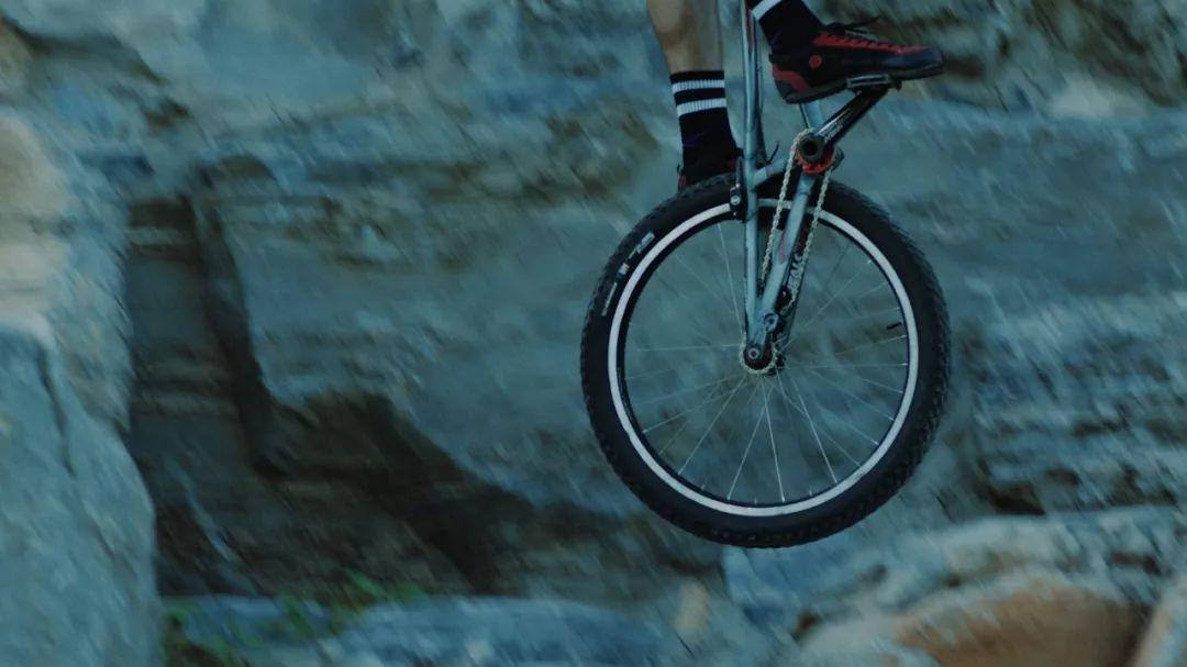 战马敢玩时刻:自行车攀爬手的极限人生