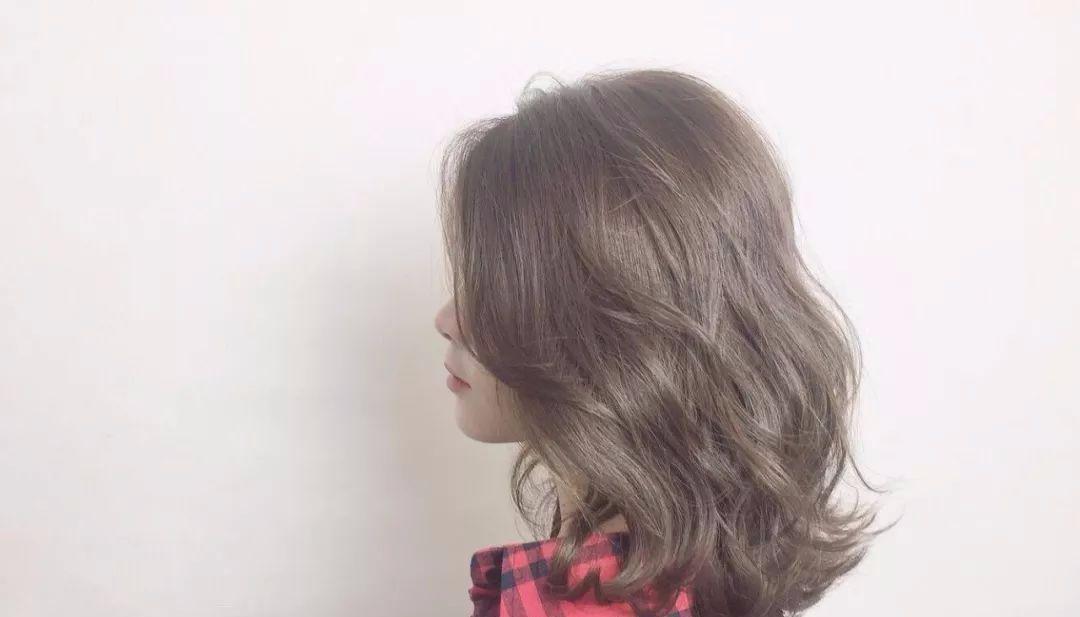 空气刘海是减龄的神器,任何发型都可以搭配哦,妹子妩媚的大卷发搭配图片