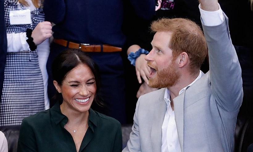 哈里王子宣布妻子怀孕!梅根纯色穿衣风格,很像凯特王妃孕妇装!