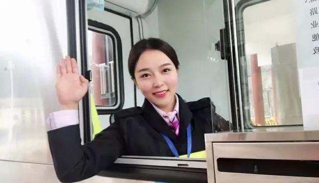 笑容如初恋!湘西收费站小姐姐成抖音网红,粉丝一天过站4次只为要她微信