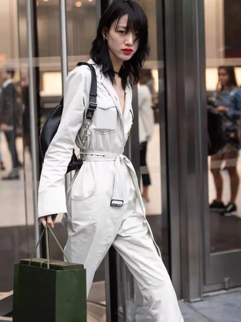 时尚 正文  每次走完秀,别的模特都很随意的出来,只有她极力在凹造型