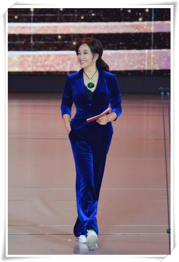 刘晓庆终于不扮嫩,一身丝绒西装美得好高级,62岁女人最美的样子