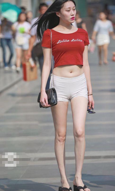 街拍:图四戴眼镜手拿鸡腿,v领背心搭窄短裤,一般人不敢穿吧!