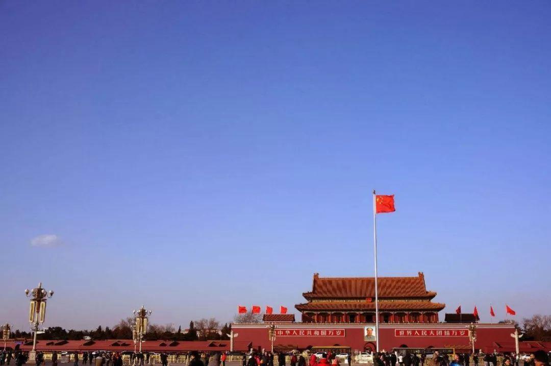 到第五代的城楼 昂首挺胸的站起来的 有红艳艳的五星红旗 有金灿灿的图片