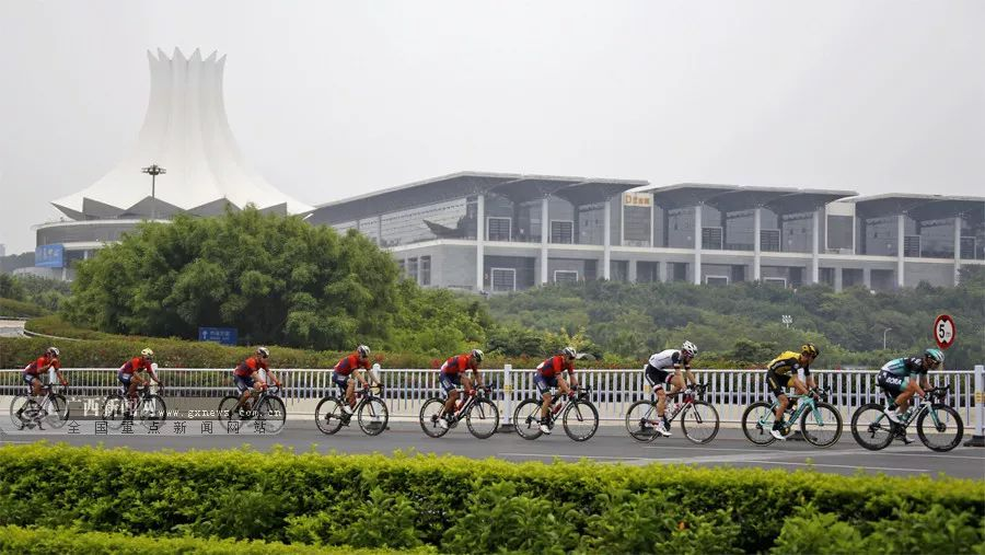 车手行经南宁国际会展中心
