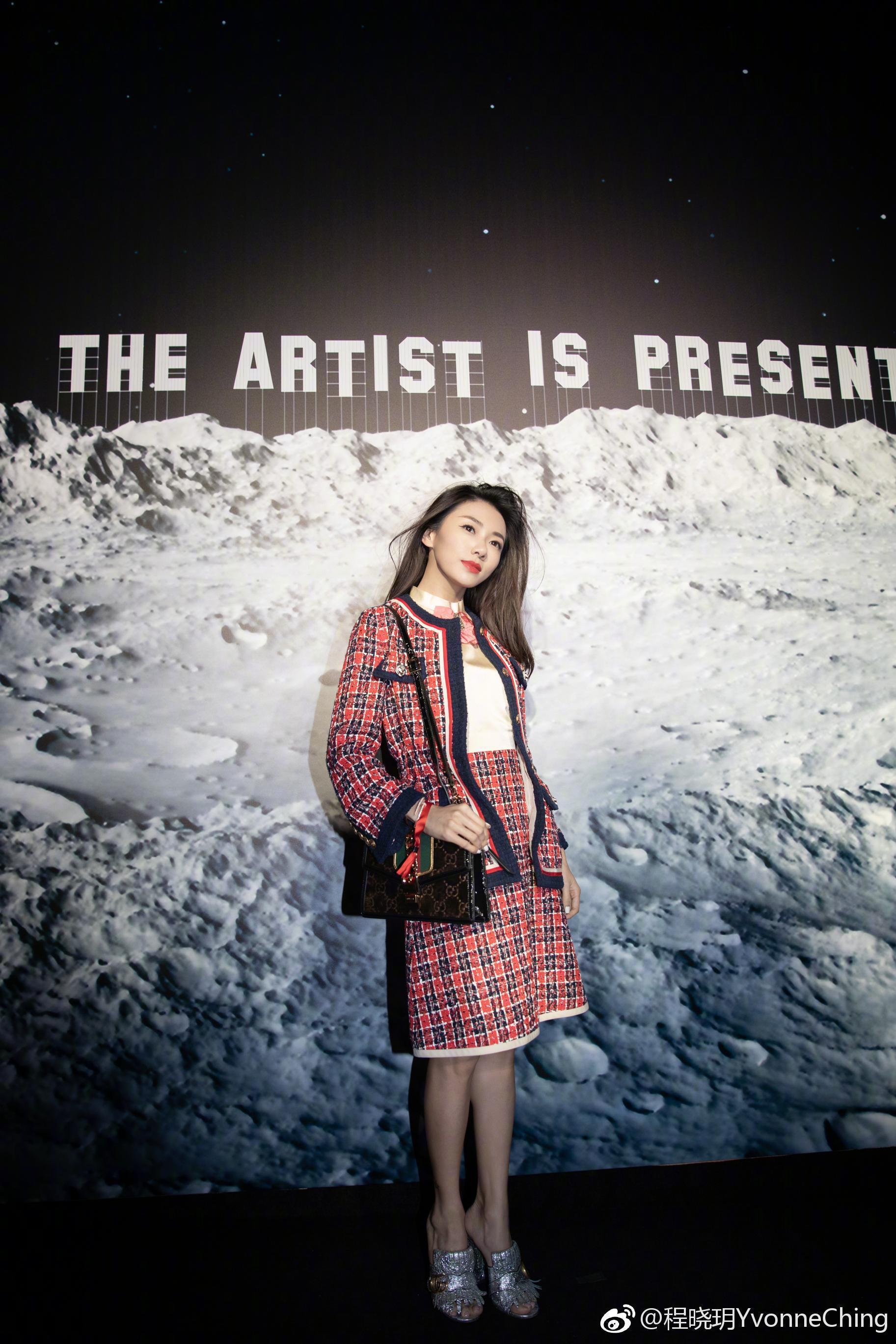 程晓玥以为贵就是时尚了,一身格子显土气不说,她的身材也撑不起