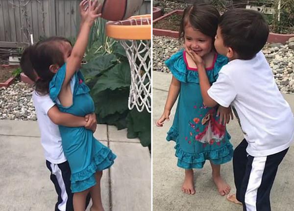 手足情深!美国一小男孩巧助妹妹投篮球