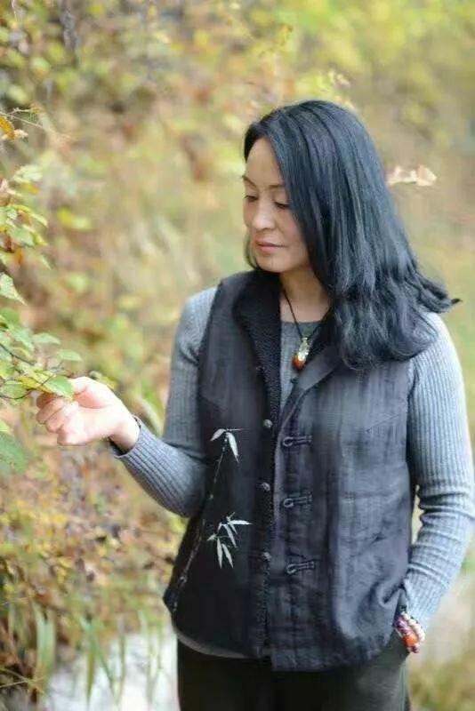 只有一座山的灵异 值得人穿过迷蒙的雨雾 时值深秋,牛角鞍上 树木清