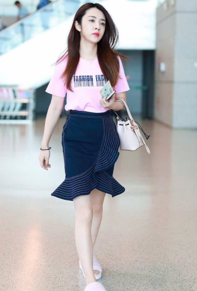 """王晓晨真是绝了,穿这么小的裙子秀身材,不料被""""蛋糕鞋""""抢镜!"""