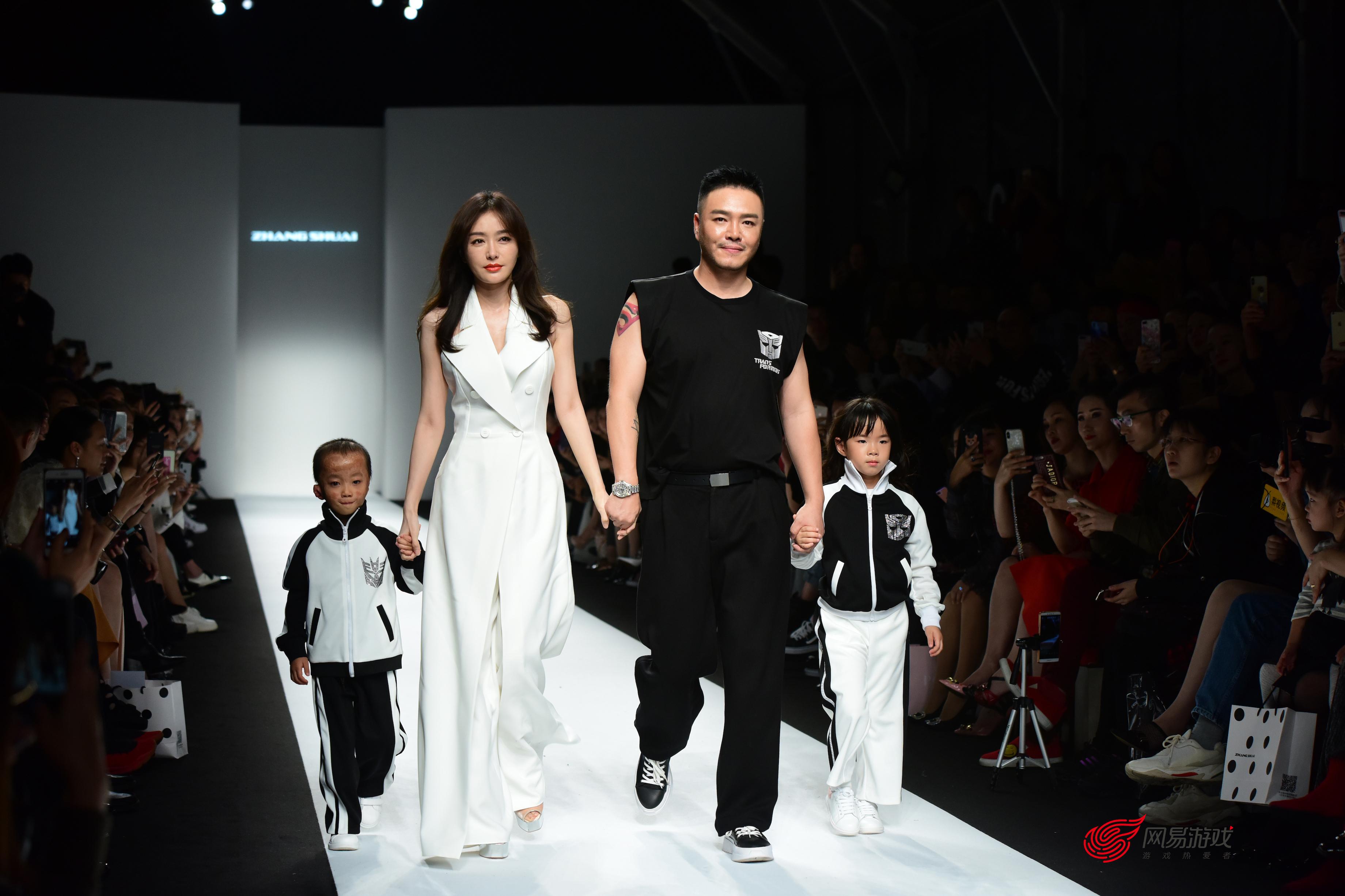 富察皇后秦岚带病谢幕,黄奕女儿参与走秀,这位设计师究竟有什么吸引力?