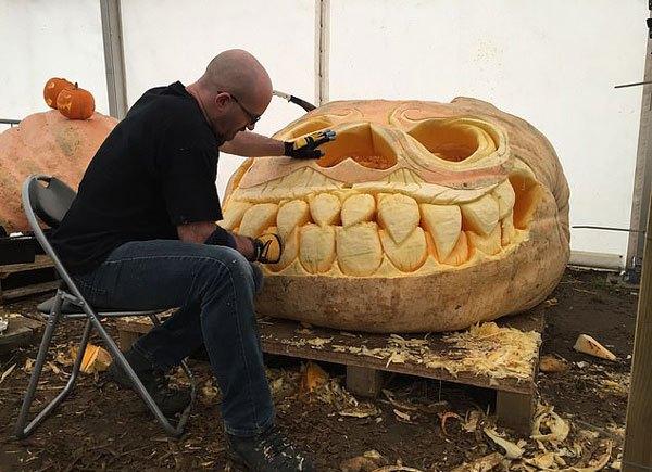 英1100公斤巨无霸南瓜在雕刻师手下变成南瓜灯